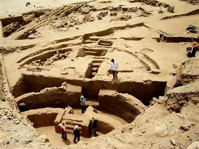 http://makinganthropologypublic.files.wordpress.com/2008/02/capt_e214da37a0214b2281c787419073038b_peru_ancient_plaza_lim101.jpg